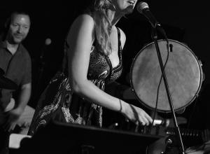 Agnieszka Banaś z zespołem w Strefie Etno (sierpień 2019)